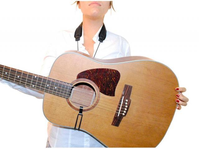 Professeur donne cours de guitare