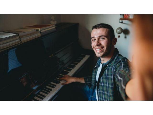 Pianiste du Radisson Blu donne des cours de Piano