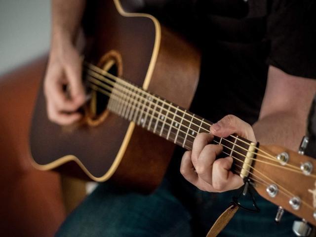Cours de guitare électrique par musicien expérimenté