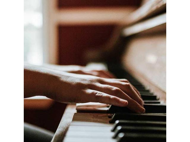 Salma donne des cours de piano