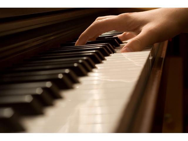 (H) propose des cours de piano