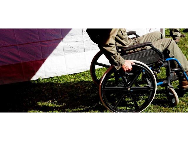 Monsieur en fauteuil roulant cherche une aide