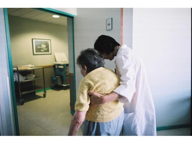 Femme s'occupe d'une personne âgée